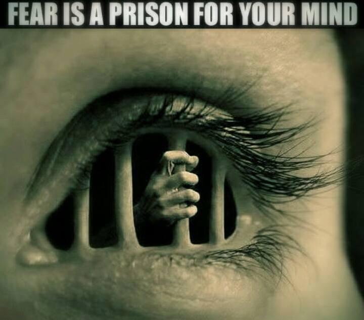 Cea mai mare inchisoare in care pot trai oamenii, este frica de ce ar putea gandi ceilalti despre ei